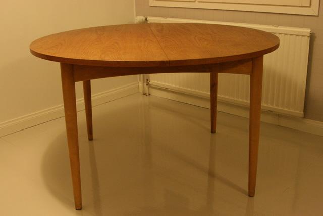 Pyöreä pöytä kirpputorilta