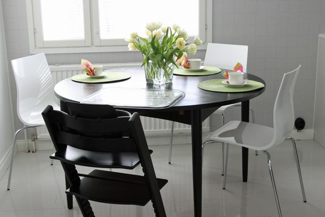 Keittiön pöytä ja tuolit