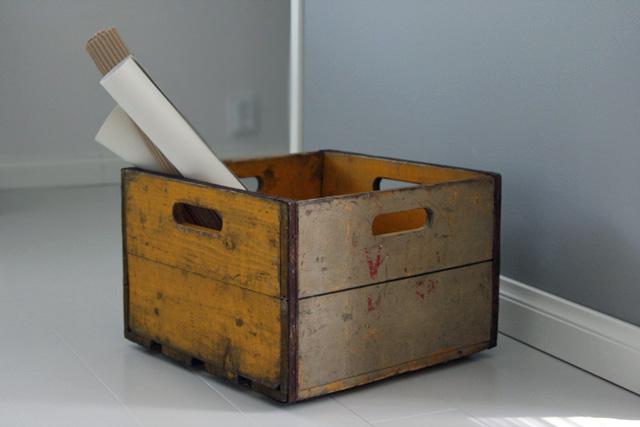 Valion vanha puulaatikko maitopulloille
