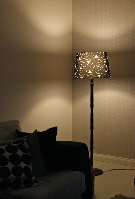 Valmis lamppu olohuoneen pimeimmässä nurkassa