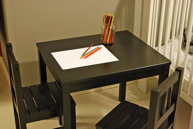 Musta pöytä lapselle