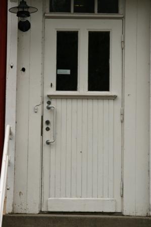 Koulun ovi lähempää