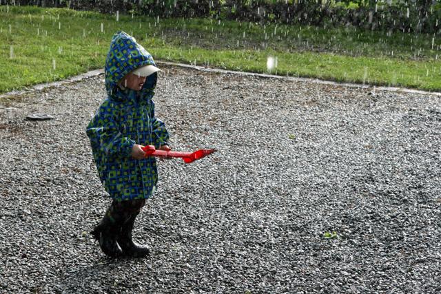 Sataa kaatamalla
