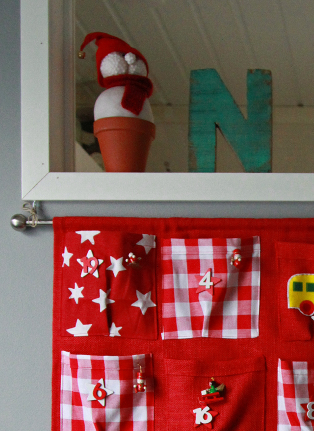 Joulukalenteri kiinni ikkunalistassa