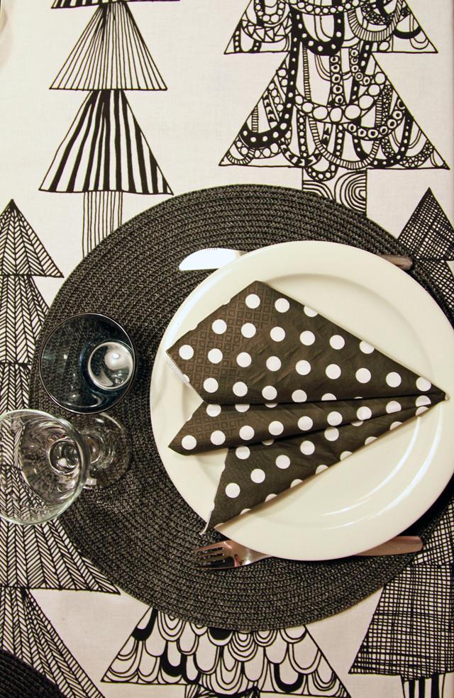 Mustavalkoinen pöytäliina ja servetit