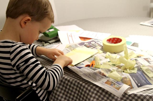 Pikkuapulainen tekee kirjettä